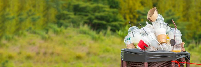 Rubbish bin with plastic