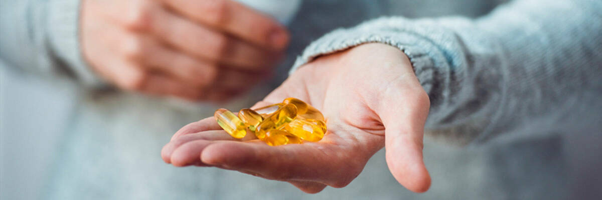 women-holding-handful-of-supplements