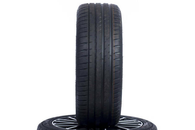 Michelin Pilot Sport 4 (235/45 R18)